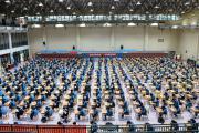 长沙一中学体育馆改食堂,学生就餐吃出考试的感觉