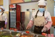 内蒙古高校陆续开学 返校学生高呼终于开学了