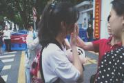 高考结束,长沙一女生校门口流泪感谢老师